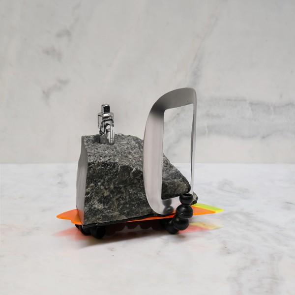 Pedra, metal, acrílico, plástico e epóxi 13X9X15cm [ECU065]